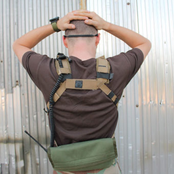 A Small But Tough Chest Rig hátsó nézetből