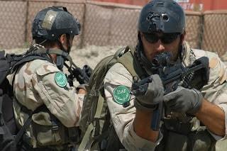Katonák Pro-Tec sisakban