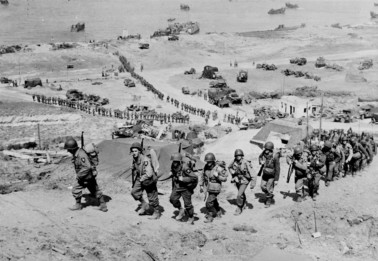 Gyalogos katonák Normandia partjainál