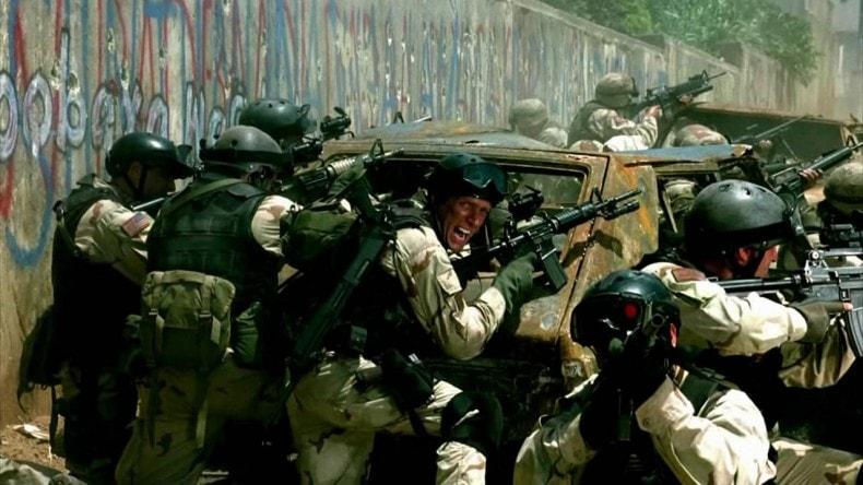 Katonák gördeszkás sisakot viselnek a Sólyom végveszélyben című filmben